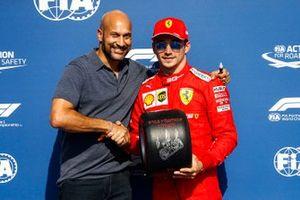 Charles Leclerc, Ferrari, fête sa pole position avec le trophée