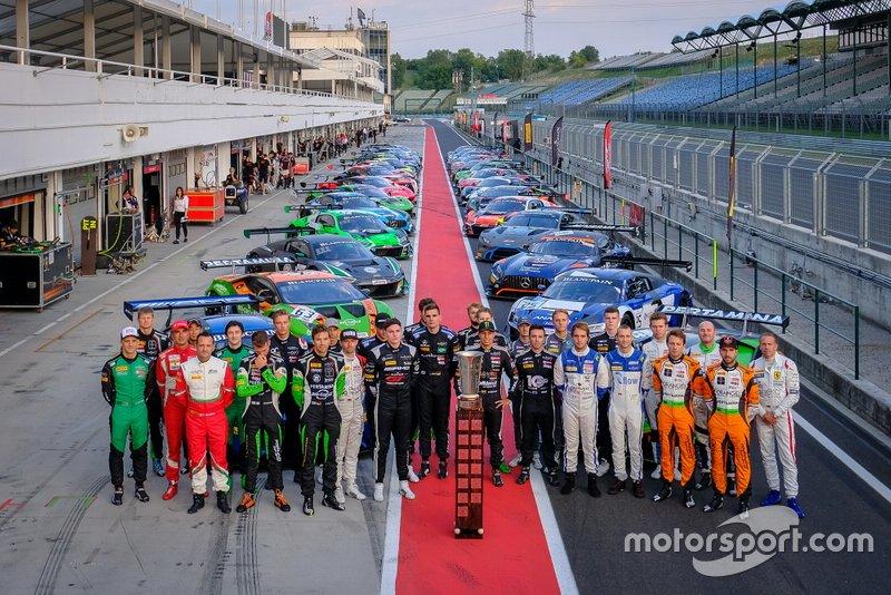 Foto di gruppo con tutte le auto