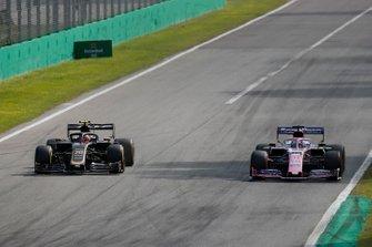 Kevin Magnussen, Haas F1 Team VF-19, precede Sergio Perez, Racing Point RP19