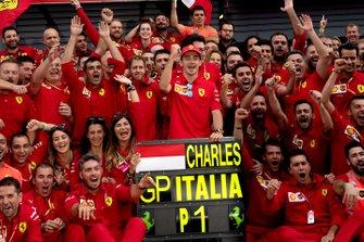 Il vincitore della gara Charles Leclerc, Ferrari in posa per una foto con il team Ferrari