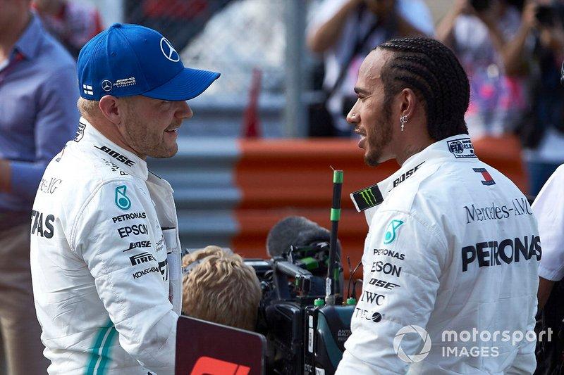 Valtteri Bottas, Mercedes AMG F1 e Lewis Hamilton, Mercedes AMG F1 festeggiano al Parc Ferme