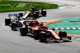 Charles Leclerc, Ferrari SF90 devant Lewis Hamilton, Mercedes AMG F1 W10