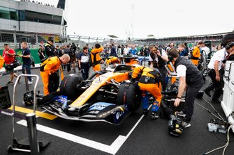 Mechanics on the grid with the car of Carlos Sainz Jr., McLaren MCL34