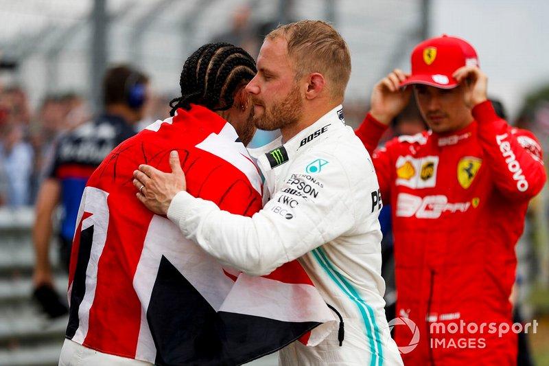 Il vincitore della gara Lewis Hamilton, Mercedes AMG F1 e Valtteri Bottas, Mercedes AMG F1, festeggiano nel parco chiuso