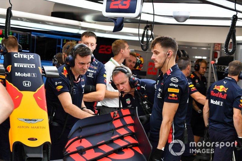 Los mecánicos de Red Bull trabajan en un alerón delantero
