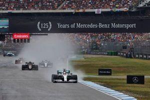 Lewis Hamilton, Mercedes AMG F1 W10, lidera Kevin Magnussen, Haas F1 Team VF-19