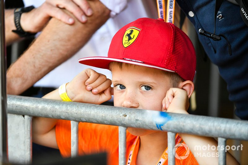 Un joven fan de Ferrari