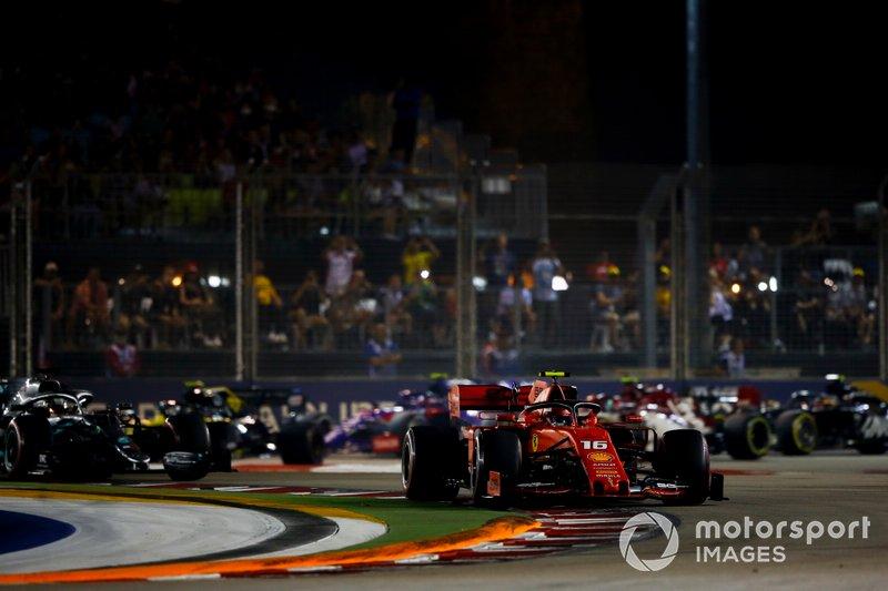 Charles Leclerc, Ferrari SF90 precede Lewis Hamilton, Mercedes AMG F1 W10