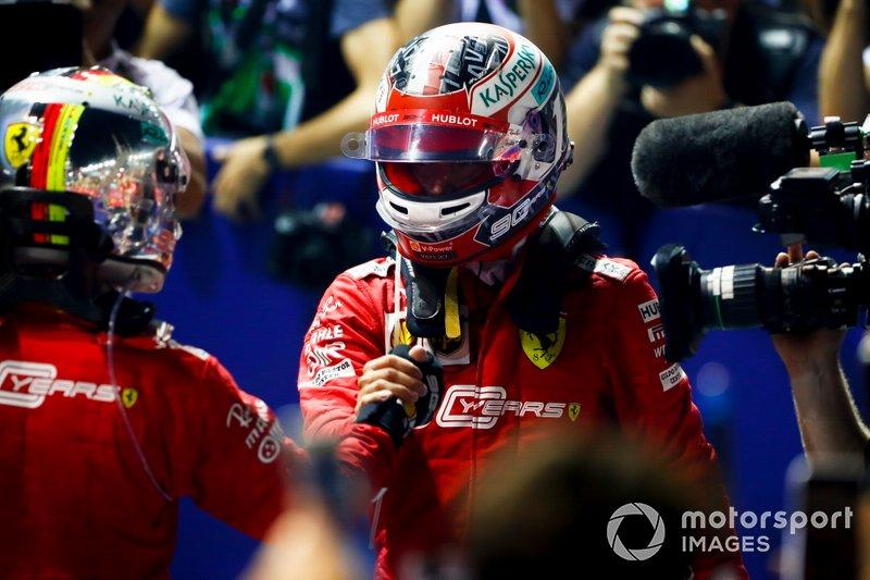 El ganador de la carrera Sebastian Vettel, Ferrari y Charles Leclerc, Ferrari celebran en el Parc Ferme