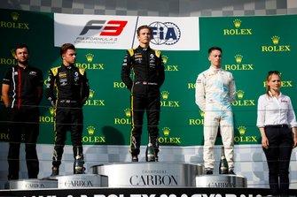 Max Fewtrell, ART Grand Prix, Yarış galibi Christian Lundgaard, ART Grand Prix ve Jake Hughes, HWA RACELAB podyumda