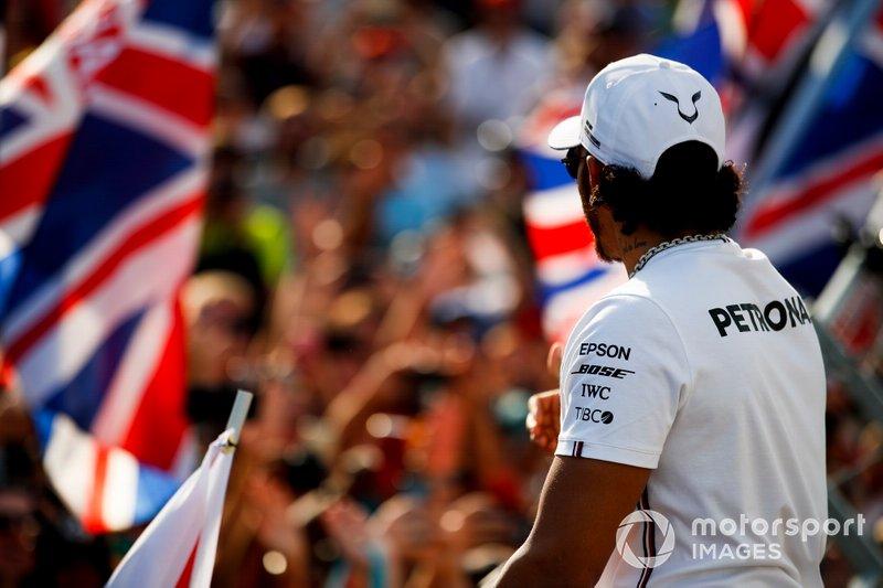 Ganador Lewis Hamilton, Mercedes AMG F1 celebra con los aficionados