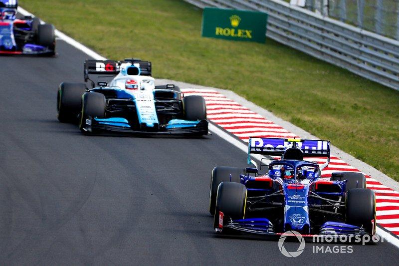 Alexander Albon, Toro Rosso STR14, lidera George Russell, Williams Racing FW42, y Daniil Kvyat, Toro Rosso STR14