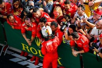 Sebastian Vettel, Ferrari, viert zijn derde plaats met zijn team in parc fermé