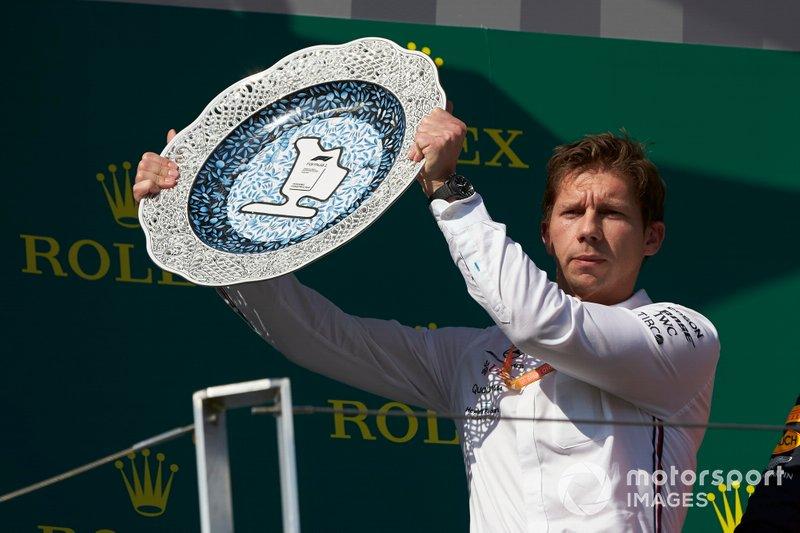 Matt Deane, Capo Meccanico, Mercedes AMG, riceve il trofeo dei costruttori per la Mercedes