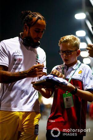 Lewis Hamilton, Mercedes AMG F1, zet handtekeningen