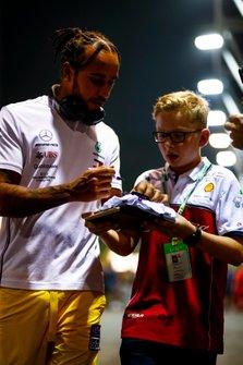 Lewis Hamilton, Mercedes AMG F1, signe un autographe