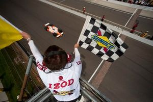 Dan Wheldon, Bryan Herta Autosport with Curb/Agajanian takes the checkered flag and yellow flag from Brian Howard
