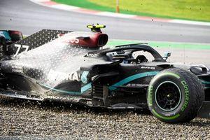 Valtteri Bottas, Mercedes F1 W11, spins into the gravel