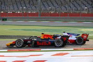 Yuki Tsunoda, Carlin leads Robert Shwartzman, Prema Racing