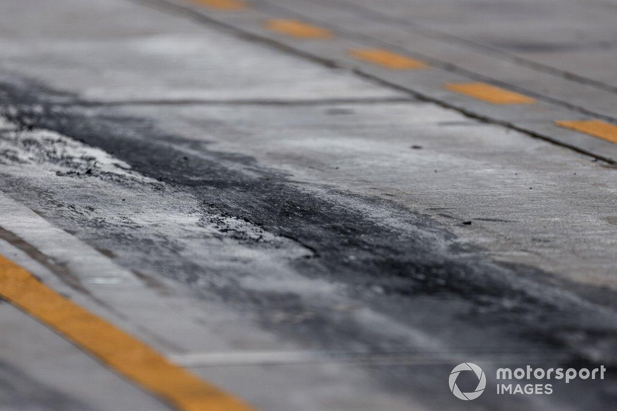 La goma de los neumáticos en el pit lane
