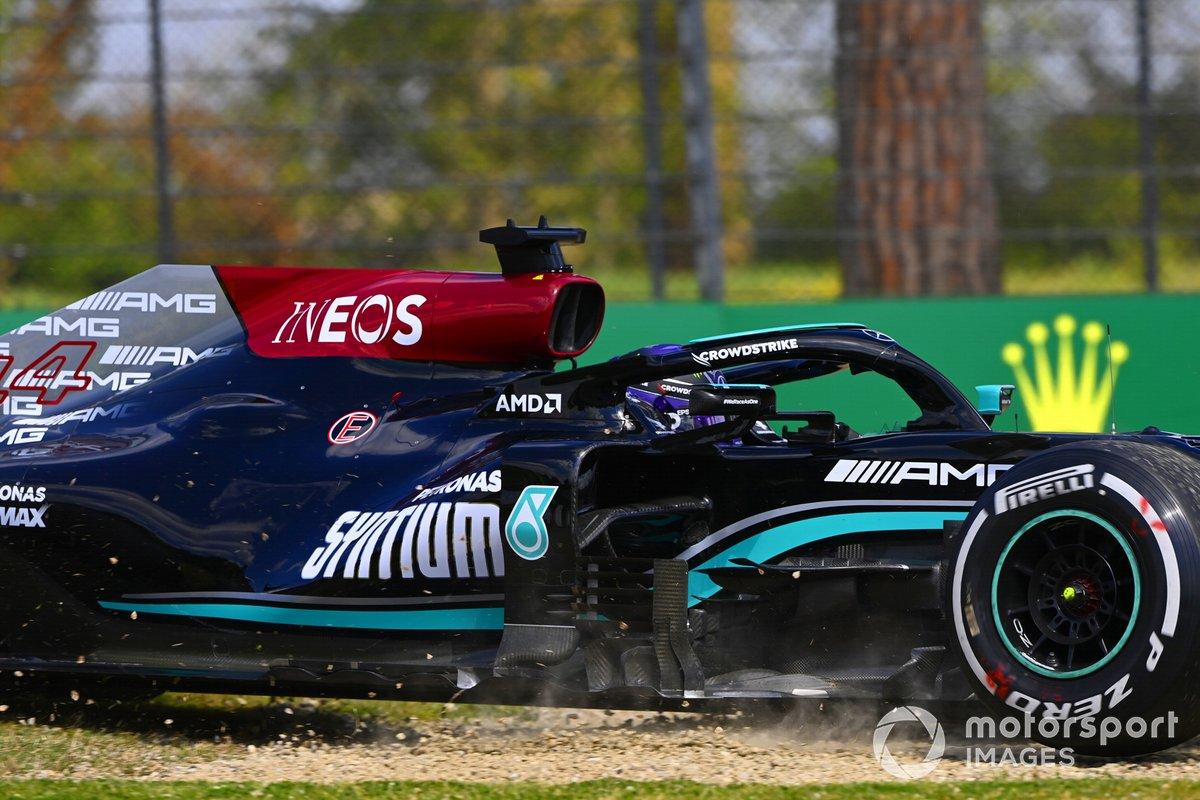 Lewis Hamilton, Mercedes W12, se sale ligeramente de pista