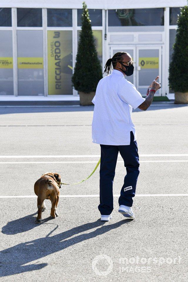 Lewis Hamilton, Mercedes-AMG F1 arriva con il suo cane Roscoe