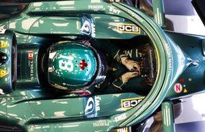 Lance Stroll, Aston Martin, entre dans son cockpit