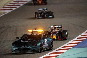 Le Safety Car devant Max Verstappen, Red Bull Racing RB16B, et Lewis Hamilton, Mercedes W12
