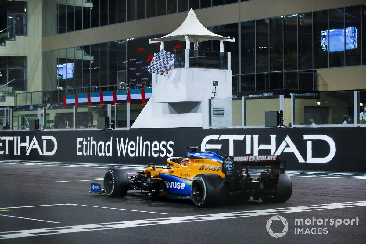 Carlos Sainz Jr., McLaren MCL35, taglia il traguardo e prende la bandiera a scacchi