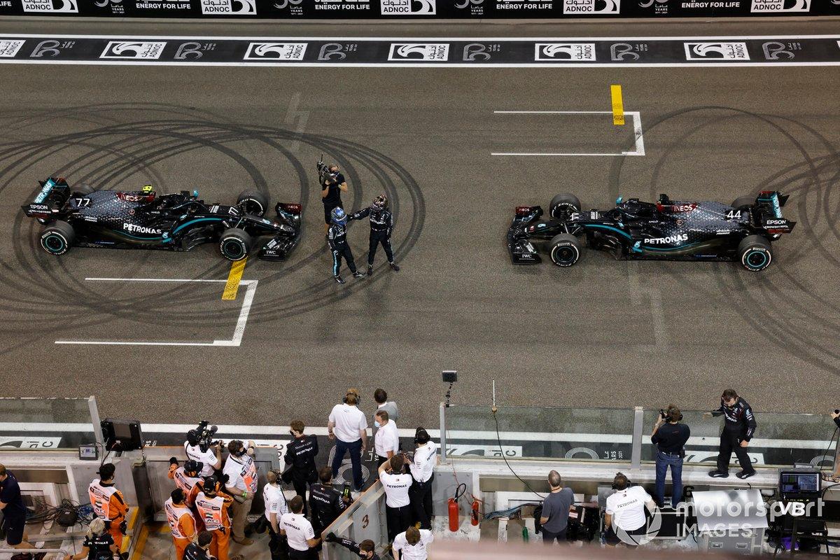 Lewis Hamilton, Mercedes-AMG F1, 3ª posición, y Valtteri Bottas, Mercedes-AMG F1, 2ª posición, celebran en la parrilla después de hacer donuts de celebración