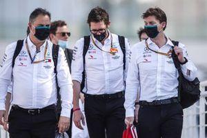 Peter Bonnington, Ingénieur de Course, Mercedes AMG, arrive au circuit avec des collègues