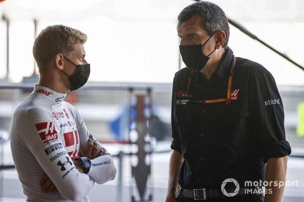 Mick Schumacher, Haas F1, con Guenther Steiner, Team Principal, Haas F1