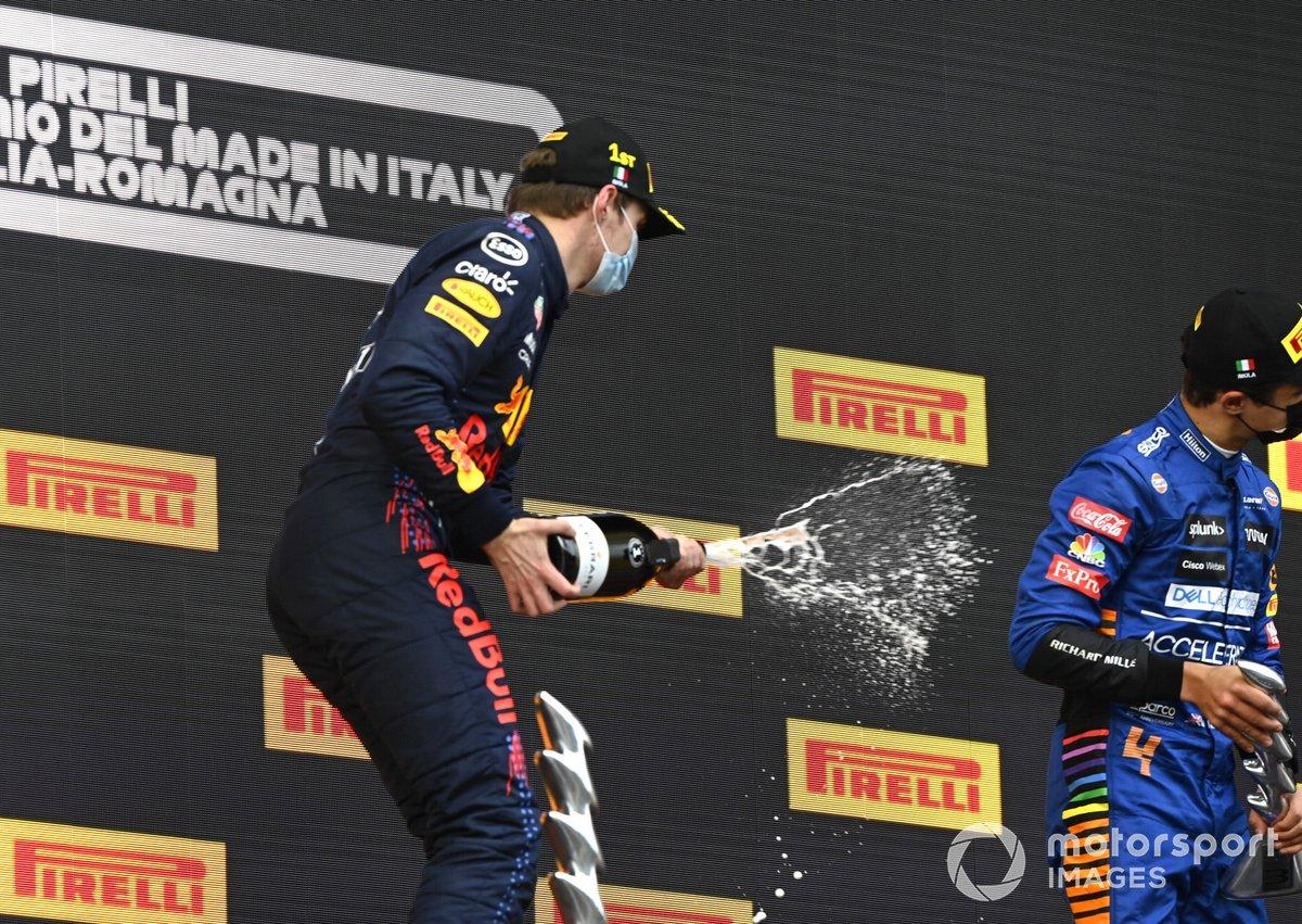 Max Verstappen, Red Bull Racing festeggia sul podio la vittoria del GP dell'Emilia-Romagna