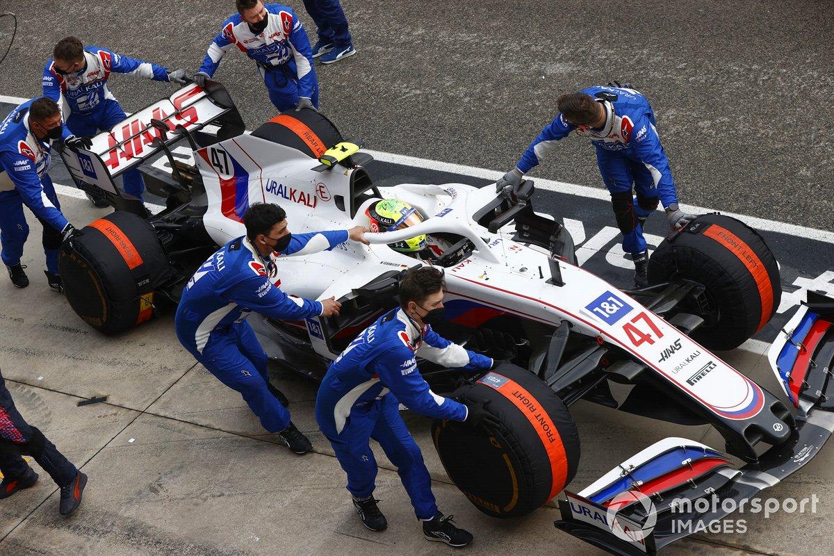 Mecánicos con Mick Schumacher, Haas VF-21,