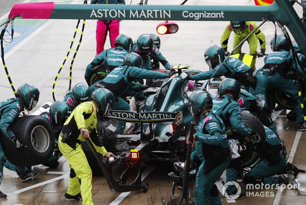 Sebastian Vettel, Aston Martin AMR21, pits