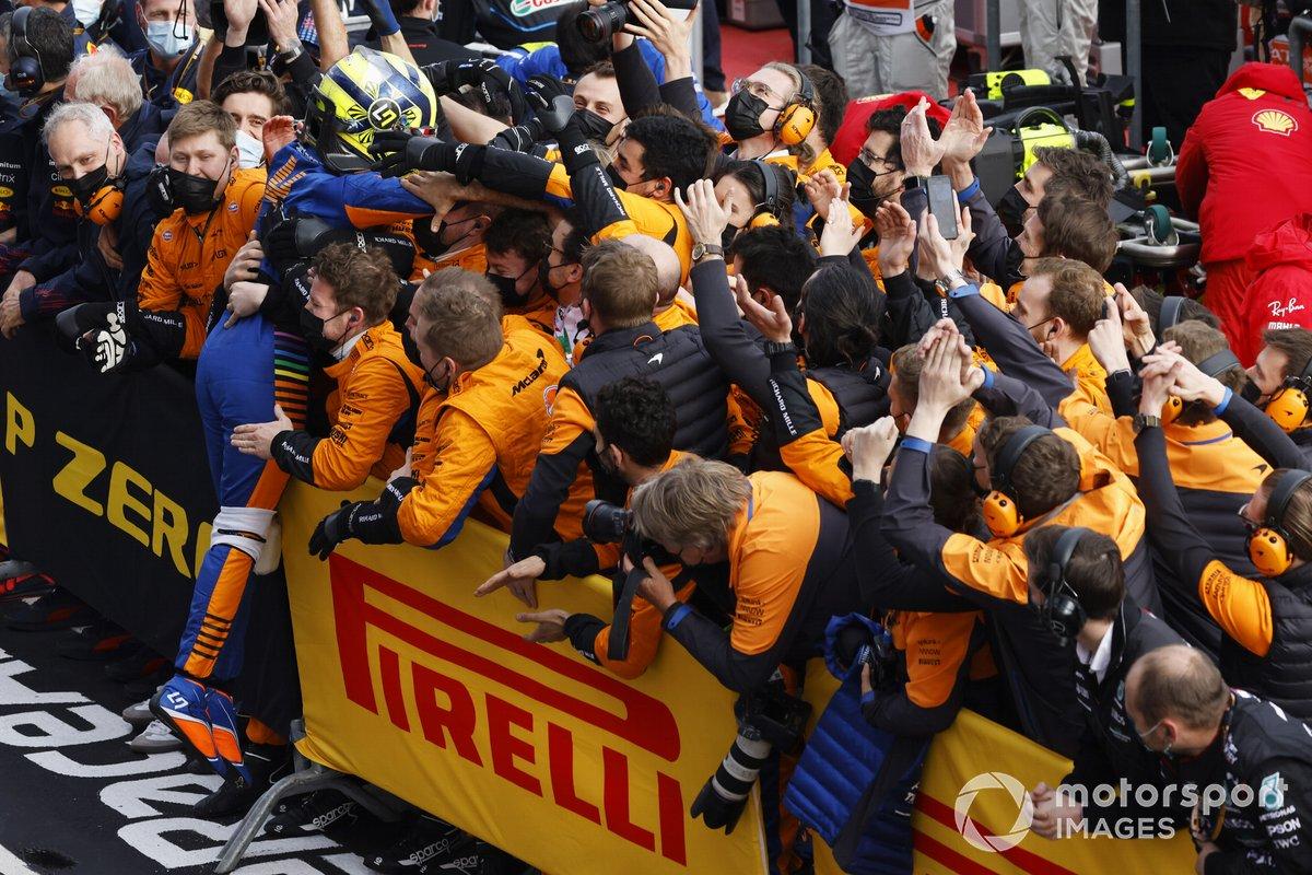 Miembros del equipo McLaren felicitan a Lando Norris, McLaren, en Parc Ferme