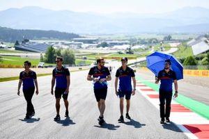Daniil Kvyat, Toro Rosso fait un trackwalk avec son équipe