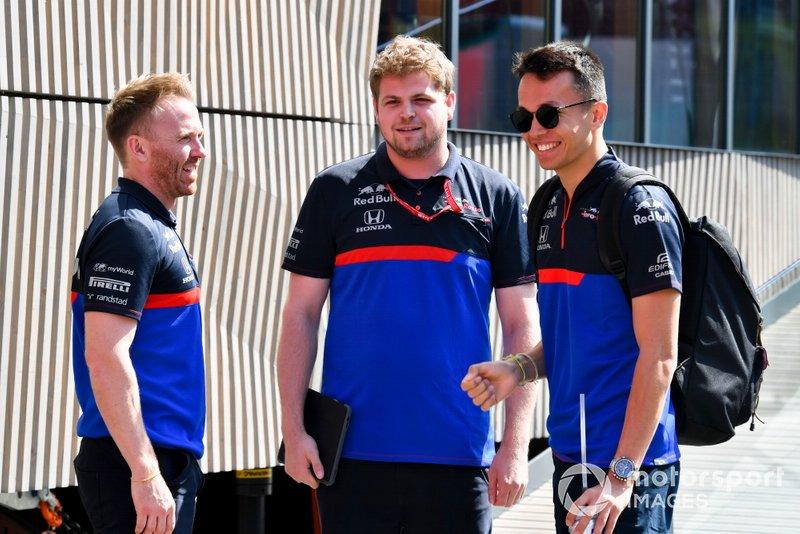 Alexander Albon, Toro Rosso parla con il suo team nel paddock
