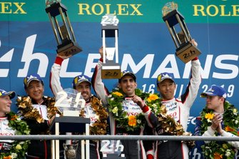 Подиум: победители гонки Toyota TS050 №8 команды Toyota Gazoo Racing: Себастьен Буэми, Казуки Накаджима, Фернандо Алонсо
