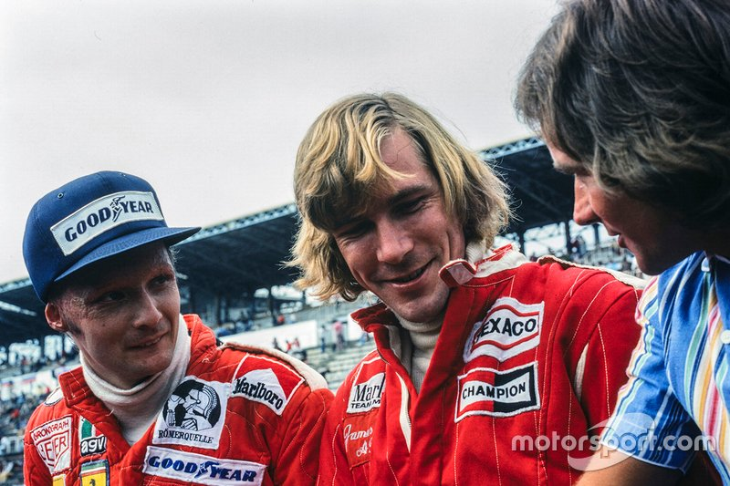 Niki Lauda e James Hunt parlano con Barry Sheene