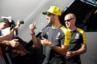 Daniel Ricciardo, Renault signs an autograph for a fan