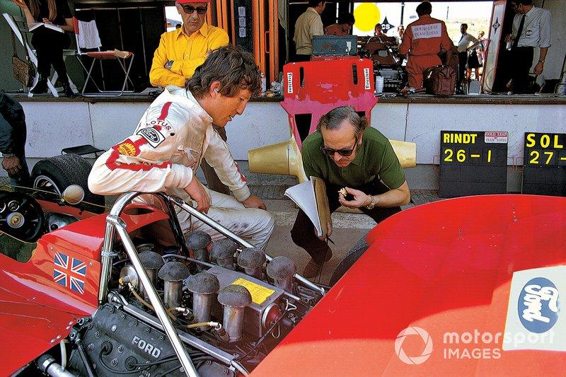 Jochen Rindt en boxes con el jefe del equipo Colin Chapman