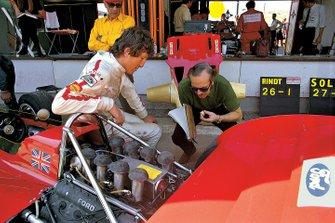Jochen Rindt dans les stands avec Colin Chapman