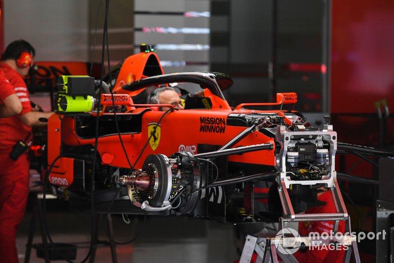 Les mécaniciens travaillent sur la Ferrari SF90
