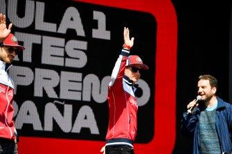 Kimi Raikkonen, Alfa Romeo Racing en el escenario en la Fan Zone