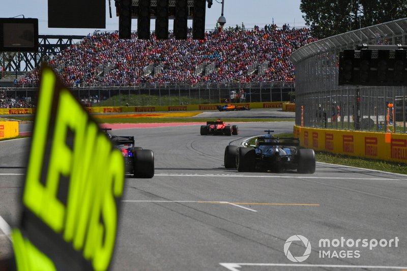 Lewis Hamilton, Mercedes AMG F1 W10, puts a lap on Daniil Kvyat, Toro Rosso STR14