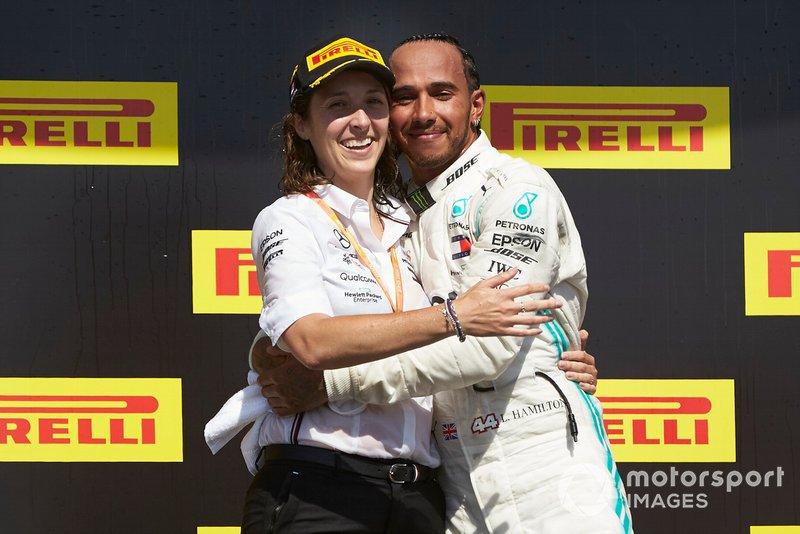 Lewis Hamilton, Mercedes AMG F1, prima posizione, festeggia con il suo compagno di squadra sul podio