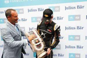 Jean-Eric Vergne, DS TECHEETAH recibe el trofeo a la pole