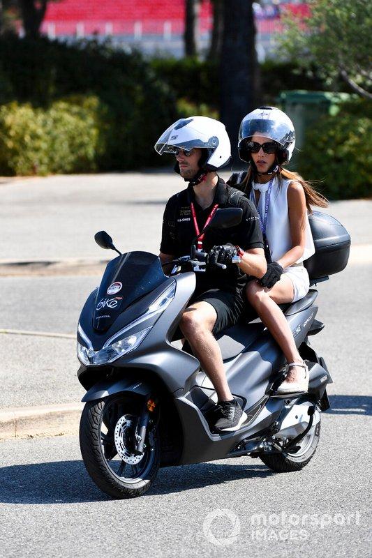 Romain Grosjean, Haas F1, en una scooter con su mujer, Marion Jolles