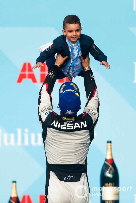 Sébastien Buemi, Nissan e.Dams, lifts his son on the podium